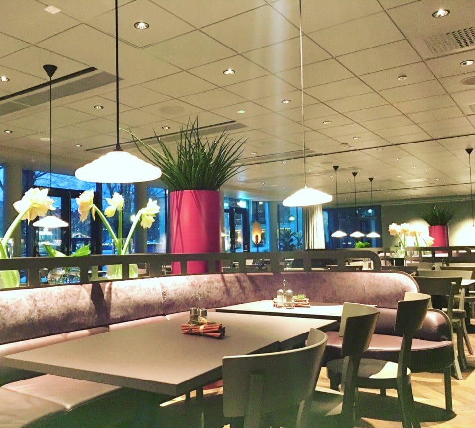 Lila rosa krukor i restaurang